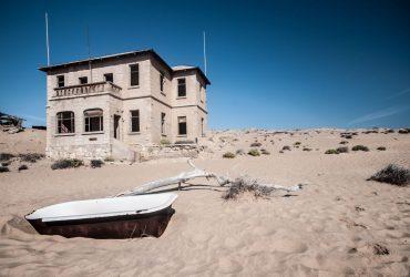 De verlaten diamandstad in de woestijn van Namibië